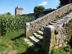 Ruines de l'ancienne abbaye - Français:   Escalier extérieur en pierre. Prieuré de Trizay, Charente-Maritime (17), France, Europe.