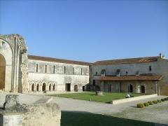 Ruines de l'ancienne abbaye - Français:   Bâtiments conventuels du prieuré de Trizay