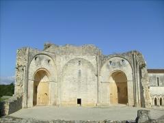 Ruines de l'ancienne abbaye - Français:   L\'église Saint-Jean de Trizay