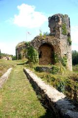 Château - Deutsch:   Château-Larcher, Burgruine, vorne Burggraben, ehem. Zugbrücke