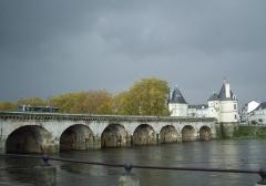 Pont Henri IV - Français:   Le pont Henri-IV - Vue générale depuis la rive Est au Nord du pont, avec les deux tours au fond.