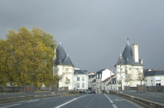 Pont Henri IV - Français:   Le pont Henri-IV - Vue des deux tours caractéristiques depuis le tablier du pont.