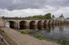 Pont Henri IV - Español:   Puente Enrique IV sobre el río Vienne, en la localidad de Chatellerault (Francia).
