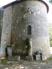 Eglise de Saint-Pierre-les-Eglises - Français:   abside carolingienne  et borne miliaire