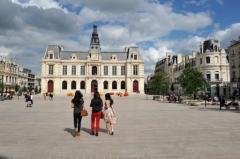 Hôtel de ville - Français:   La nouvelle place Leclerc refaite en 2011 devant l\'hôtel de ville