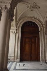 Hôtel de ville - Français:   Porte latérale (autrefois entrée du Musée des Beaux-Arts) vestibule de l\'hôtel de ville de Poitiers, France