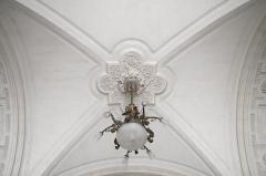 Hôtel de ville - Français:   Voûte et luminaire du vestibule de l\'hôtel de ville de Poitiers, France (XIXe siècle)