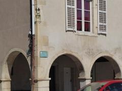 Maison avec statue de la Vierge - Français:   Statuette en pierre d\'une Vierge située place de la Fontaine à Liverdun.