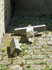 Eglise Saint-Pantaléon - Français:   Commercy Église Saint-Pantaléon P1060990 - croix brisée dans la cour