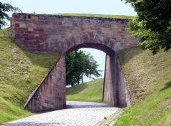 Citadelle - Deutsch: Bitsch (FR), Eingangstor zur Zitadelle durch den äußeren Wall.