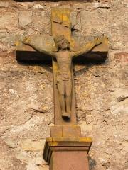Abbaye - Français:   Christ en croix, tombe du cimetière de l\'église abbatiale de Hesse, Moselle, France.