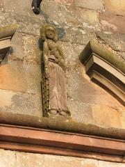 Abbaye - Français:   Sculpture au fronton de l\'église abbatiale de Hesse, Moselle, France.