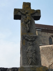 Abbaye - Français:   Calvaire devant le mur extérieur du cimetière entourant l\'église abbatiale de Hesse, Moselle, France.