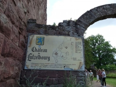 Ruines du château - Deutsch: Eingang zum Château de Lutzelbourg mit Schautafel