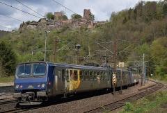 Ruines du château - Deutsch: Z2 Triebwagen Z 11522 und Z 11507 der SNCF in Doppeltraktion im Bahnhof Lutzelbourg auf der Strecke Paris-Est - Strasbourg