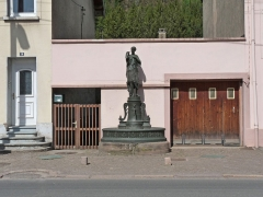 Onze fontaines - Français:   Raon-l\'Etape (Vosges): Fontaine de Diane de Gabies, située sur l\'avenue du Général-de-Gaulle. C\'est l\'une des 11 fontaines de Raon-l\'Etape exécutées entre 1860 et 1864 sur des modèles de Jean-Jacques Ducel, et classées MH