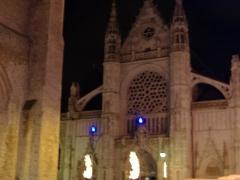Eglise Saint-Eloi -  Eglise Saint-Eloi du centre de Dunkerque, quelques jours après la fin des travaux de restauration. En effet, son mauvais état entraîna une décision de la nettoyer, mais en laissant les impacts de balles de la Seconde Guerre Mondiale dans ses murs. Le beffroi de Dunkerque se trouve sur la gauche. Vue nocturne dont les couleurs ont été retravaillées.