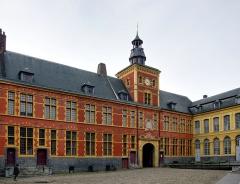 Hospice Comtesse - Vue de la cour intérieure du porche et du beffroi de l'Hospice Comtesse à Lille.