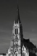 Eglise Saint-Christophe - Église Saint Christophe (xie‑xiiie siècles, xve‑xvie siècles et xixe siècle): remarquable association de pierres et de briques, récemment restaurée, agrémentée d'un clocher haut de 80 mètres et d'un carillon de 62 cloches, l'église Saint Christophe est considérée comme l'un des plus beaux édifices néo-gothiques du Nord. Elle est inscrite à l'inventaire des monuments historiques depuis 1981.