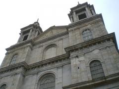 Ancienne cathédrale Notre-Dame -  La Cathédrale-Basilique Notre-Dame vue d'un côté avec une prise au pied de l'édifice.