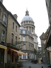 Ancienne cathédrale Notre-Dame -  La Cathédrale-Basilique Notre-Dame vue d'une ruelle.