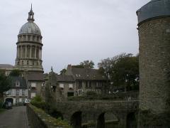Ancienne cathédrale Notre-Dame -  Cathédrale-Basilique Notre-Dame avec l'entrée à droite du Château-Musée de Boulogne-sur-Mer.