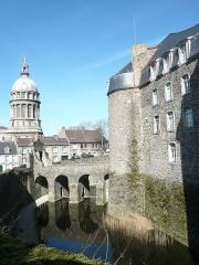 Château d'Aumont - Français:   Douves du château-musée et coupole de la basilique à Boulogne sur Mer