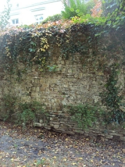 Enceinte gallo-romaine (vestiges) - English: Remnants of the Gallo-Roman wall of Nantes, built into the medieval wall, along Cours Saint-Pierre between the Tour Saint-Laurent and Rue Prémion