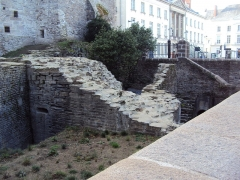 Porte gallo-romaine, dite du Bastion Saint-Pierre, dépendant de l'ancien évêché - English: Ruins of the medieval wall of Nantes outside the Porte Saint-Pierre