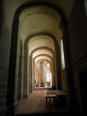 Abbaye bénédictine Notre-Dame d'Evron devenue Couvent de la Charité d'Evron - Intérieur de la basilique Notre-Dame de l'Épine d'Évron (53). Collatéral sud de la nef.