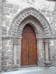 Chapelle Saint-Crépin - Français:   Porte romane nord de la chapelle Saint Crépin, arc ogival, décors de rouleau et en forme de \