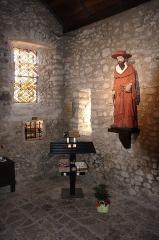 Eglise Saint-Pierre - Français:   À l\'intérieur de l\'église Saint-Pierre, la statue de saint Cénéré ainsi que ses reliques.