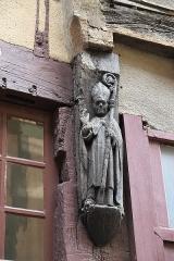 Sol de maison à maison - Deutsch: Schnitzrelief eines Bischofs, Rue de la Reine-Bérangère 12, in Le Mans im Département Sarthe (Pays de la Loire/Frankreich)