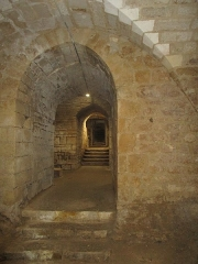 Eglise - Français:   Photographie prise dans la crypte de l\'église d\'Angles, en direction de l\'ouest et montrant le couloir d\'accès et ses escaliers.