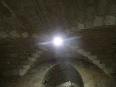 Eglise - Français:   Photographie prise dans la crypte de l\'église d\'Angles et montrant le plafond formé d\'une voûte d'arêtes.