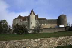 Motte féodale -  Logis new and the building of guests, constructed west of the medieval castle which they preserve the surrounding walls.