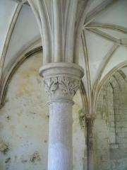 Porte de l'ancienne église abbatiale de Notre-Dame du Voeu -  Abbaye Notre-Dame du Voeu, Cherbourg-Octeville -  Salle capitulaire: chapiteau du XIXe s.