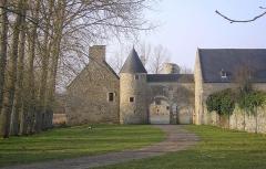 Ensemble des ruines du château de Montfort - Français:   Remilly-sur-Lozon (Normandie, France). L\'entrée du château de Montfort.