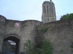 Vestiges des remparts - English: pretty image of Saint Lô (coat+Notre Dame church)