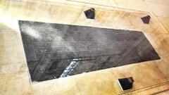 Maison, dans la cour du Musée des Antiquaires de Normandie - Nederlands: Caen (Frankrijk) Abbaye aux Dames - graf van Mathilde van Vlaanderen (grafplaat van zwarte marmer uit Doornik)