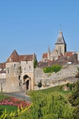 Eglise Saint-Gervais-Saint-Protais - Français:   vue de l\'église Saint-Gervais et de la porte des Cordeliers à Falaise (Calvados, Basse-Normandie).