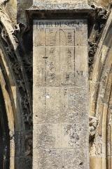 Eglise Saint-Gervais-Saint-Protais - Français:   Traces d\'une méridienne avec courbe en 8 sur l\'église Saint-Gervais de Falaise (Calvados)