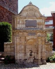 Fontaine publique - Français:   Lisieux (Normandie, France). La fontaine de La Ferronnays.