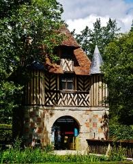 Ancien manoir de Beuvillers - Deutsch: Torhaus der Burg Crèvecœur-en-Auge, Crèvecœur-en-Auge, Département Calvados, Region Normandie (ehemals Nieder-Normandie), Frankreich