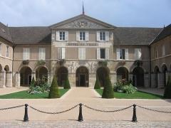 Couvent des Ursulines - Français:   Façade et cour de l\'hôtel de ville de Beaune (Côte-d\'Or, France).