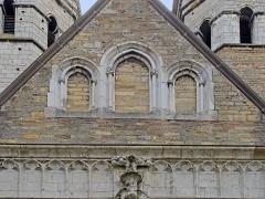 Cathédrale Saint-Vincent -  Ancienne cathédrale Saint-Vincent. La partie occidentale de l'édifice est commencée au XIème siècle sur l'emplacement de fondations du VIème siècle. Achevée au début du XIVème siècle, cette église a été partiellement détruite en 1799 (nefs et transept). La base des tours est du XIème siècle, le narthex du XIIème siècle. Les étages supérieurs sont gothiques. Old Cathedral of St. Vincent. Occientale part of the building was begun in X8ème century on the site foundations of the sixth century.  Completed early in the fourteenth century, this church was partially destroyed in 1799 (nave and transept).The base of the towers is the eleventh century, the narthex of the twelfth century.The upper floors are Gothic.