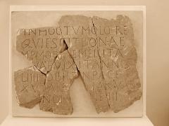 Couvent des Ursulines - Inscription funéraire, 6ème siècle  Découverte dans un puits de la rue Rochette à Mâcon  Don J. Combier en 1958  INHOCTVMOLO RE QVIESCITBONAE MEMORIAEMELLITA [Q]VAEVIXITANNIS LIIII OBIIT[I]NPACE XV [K]ALE[NDAS] IANVAR INDIC[TIO]NE III