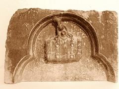 Couvent des Ursulines - Enseigne de marchand de vin Inv. AR 104b XIIIe siècle Calcaire Découverte à Mâcon, dans le mur d'une maison de l'ancienne rue Tavernerie (actuelle Place aux Herbes)