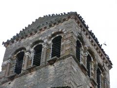 Eglise de la Madeleine - English: Pigeons on the tower of the church Sainte-Madeleine in Tournus, Saône-et-Loire, France