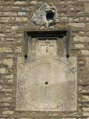 Eglise de la Madeleine - English: Sundial on the facade of the church Sainte-Madeleine in Tournus, Saône-et-Loire, France